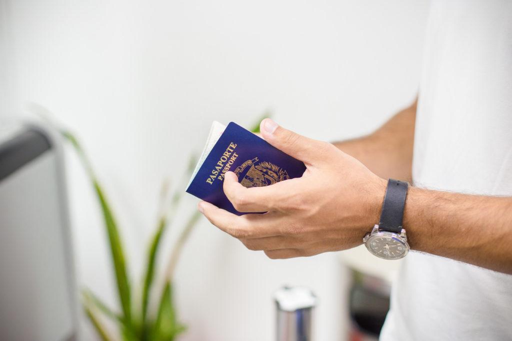 Viajero con su documento